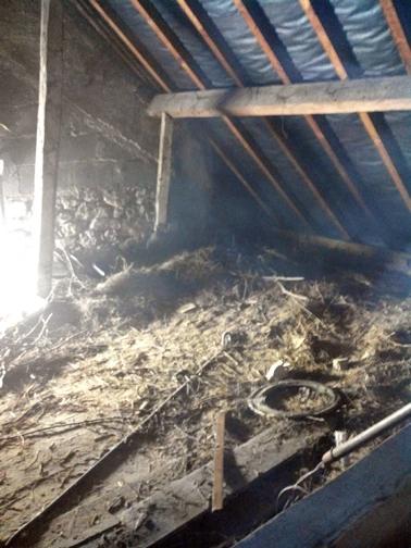 Evacuation de foin dans une grange, via une goulotte et un camion benne St Jeoire Prieuré